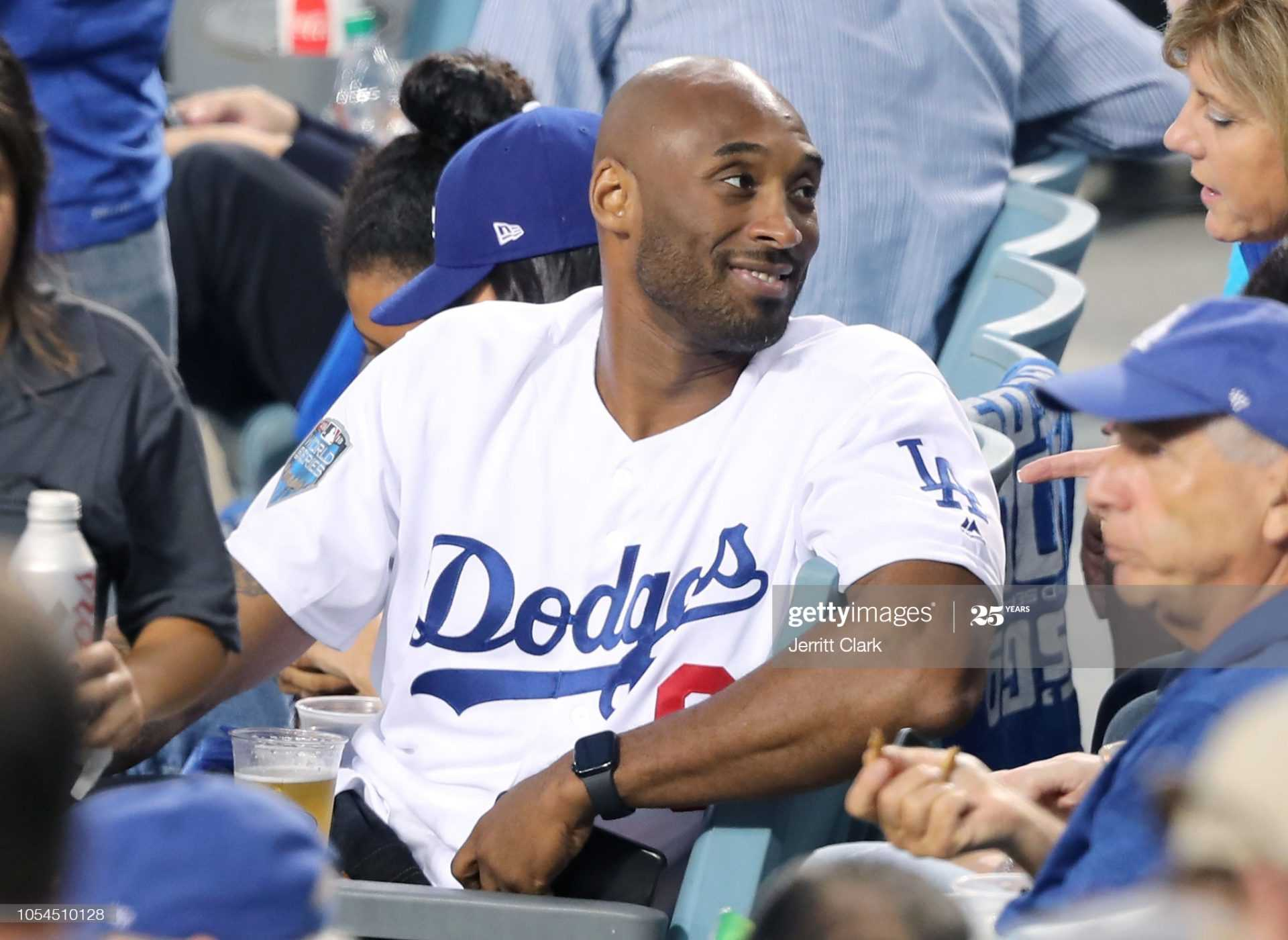 Titta: Lakers Kobe Bryant Pitching för LA Dodgers i denna Throwback-video
