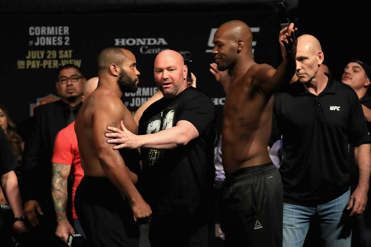 """Dance for Me"" - Daniel Cormier kallar Jon Jones ""Dumb"" som Twitter Beef Intensifies"