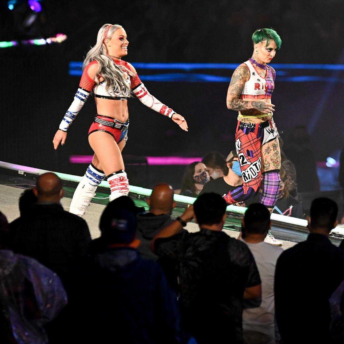 WWE Superstars klär sig ut som Harley Quinn och The Joker på WrestleMania 37